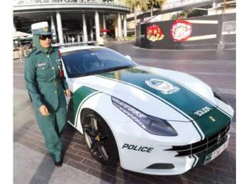 dubai-police-show-off-ferrari-1367015029-1203