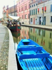Wie Venedig durchziehen auch die Innenstadt von Comacchio zahlreiche Kanäle