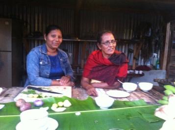 Grandma Devy bereitet mit ihrer Enkelin in der LA KAZE MAMA authentische mauritianische Gerichte wie das typische Fratha-Brot zu